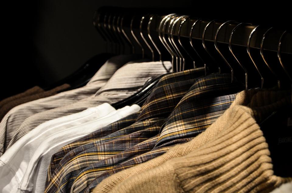 hang kleding gelijk op in de slaapkamerkast